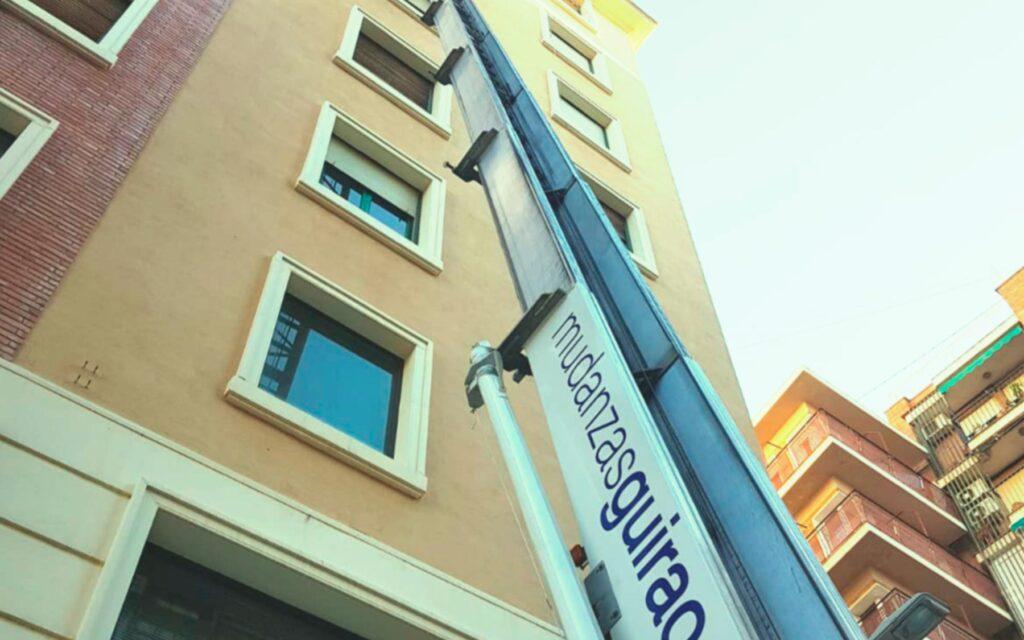 GUIRAO - Grúas en Murcia para mudanzas en edificios altos